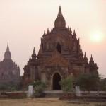 Veduta di un tempio birmano al tramonto